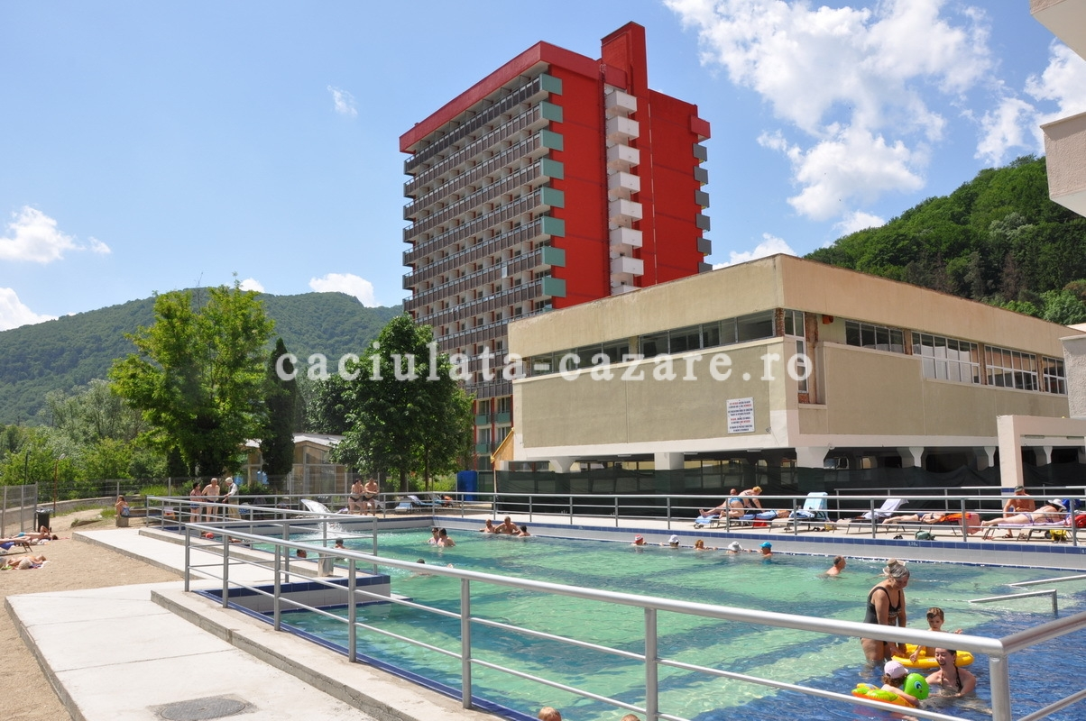 Piscina exterioara hotel oltul turism si cazare in for Hotel cu piscina